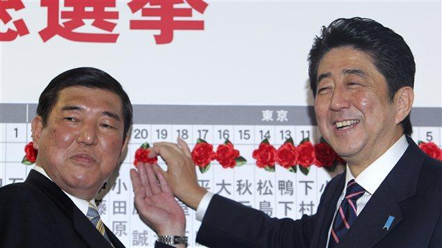 Le Parti libéral démocratique de Shinzo Abe (à droite) a remporté les élections législatives du 16 décembre au Japon.