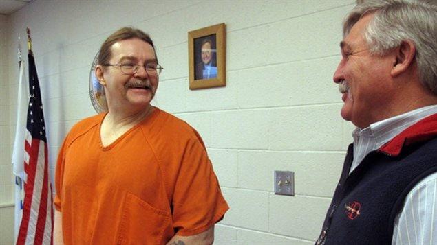 Ronald Smith (gauche) parlant avec son avocat, Greg Jackson (droite), plus tôt cette année à Deer Lodge au Montana.