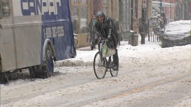 Un cycliste affronte la tempête