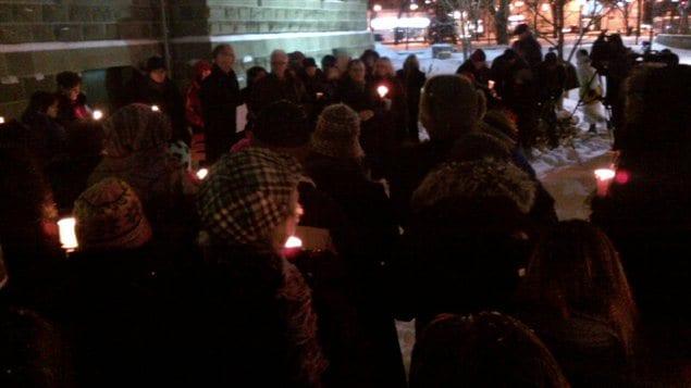 Veillée à la bougie en mémoire d'Ana Marquez-Greene, le 17 décembre 2012 devant l'Université de Winnipeg.