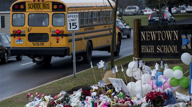 Un mémorial improvisé à la mémoire des victimes de l'école Sandy Hook accueillait les élèves du secondaire qui effectuaient leur retour en classe à Newtown, le 18 décembre 2012.