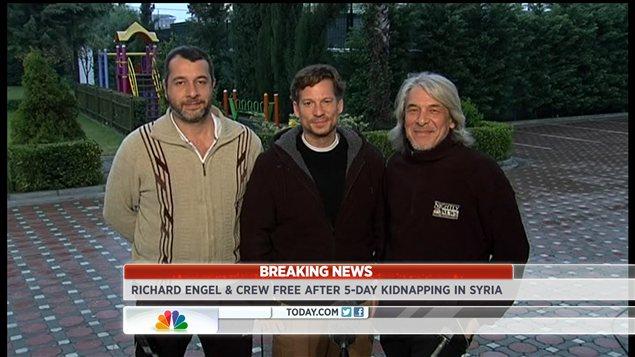 Le journaliste Richard Engel, au centre, avec deux de ses collègues après leur retour en Turquie.