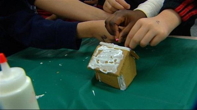 Les enfants de l'école ont fait des maisons en pain d'épice.