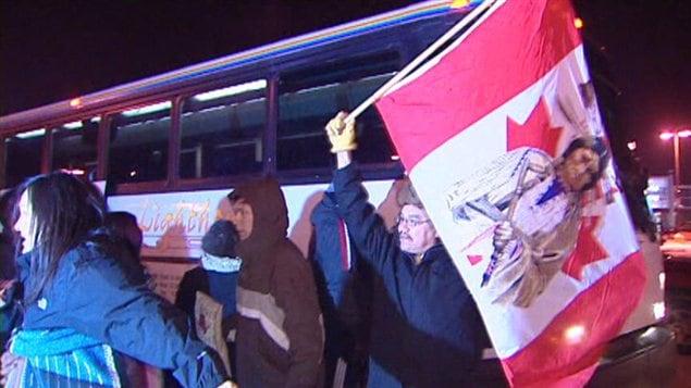 Des gens qui appuient le mouvement Idle No More embarquent dans un autocar à Regina le 19 décembre 2012.