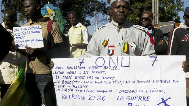 Des manifestants demandent à l'ONU d'intervenir dans le Nord-Mali à Bamako, le 8 décembre.