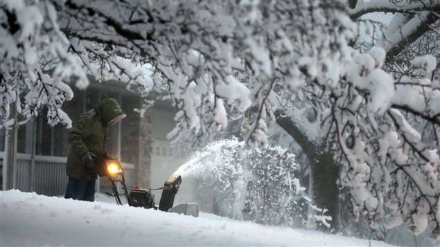 Un homme souffle la neige dans sa cour en Iowa, aux États-Unis, où sont déjà tombés 30 centimètres de neige.