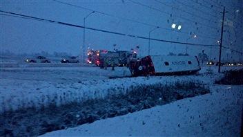 Un autobus d'OC Transpo s'est renversé, sur l'avenue Woodroffe, au nord du chemin Fallowfield.