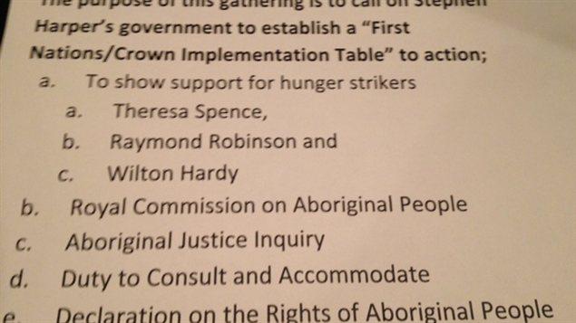 Une liste de revendications remise aux participants à une manifestation du mouvement Idle No More à l'aéroport international de Winnipeg, le 21 décembre 2012.