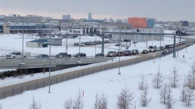 Une file de véhicules s'étire le long de la route menant au terminal de l'aéroport de Winnipeg le 21 décembre 2012, en raison d'un geste de perturbation mené par des membres du mouvement Idle No More.