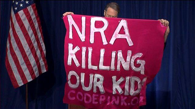 Un manifestant hostile à la NRA a interrompu brièvement un point de presse du lobby pro-armes.