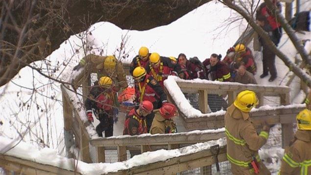 Les pompiers et les policiers ont porté secours au jeune garçon.