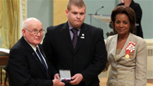 L'ancienne gouverneure générale du Canada remet l'étoile du courage à la famille de l'agent Christopher Garrett lors d'une cérémonie à Rideau Hall.