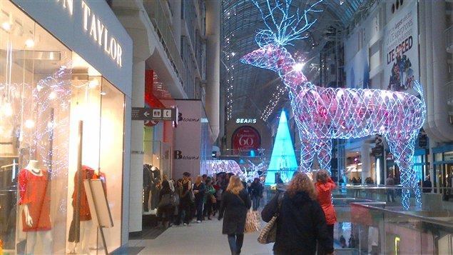 Des consommateurs au Centre Eaton avant Noël.