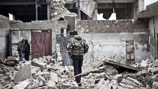 Un soldat syrien dans des ruines