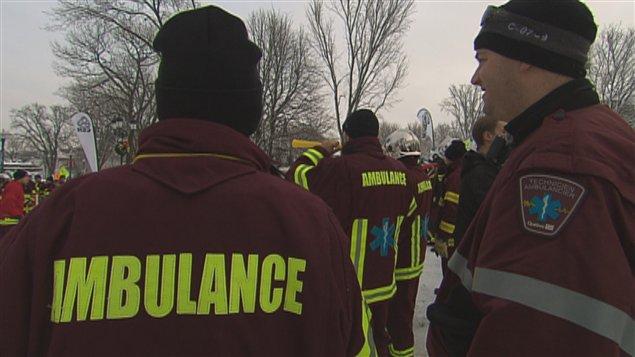 Des ambulanciers manifestent à Québec sur la Colline parlementaire.