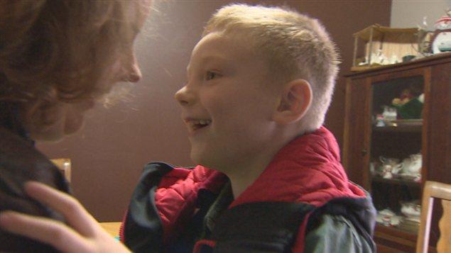 Le petit Xander porte une veste qui se gonfle à l'air afin de l'aider à mieux vivre avec son trouble de surcharge sensorielle.