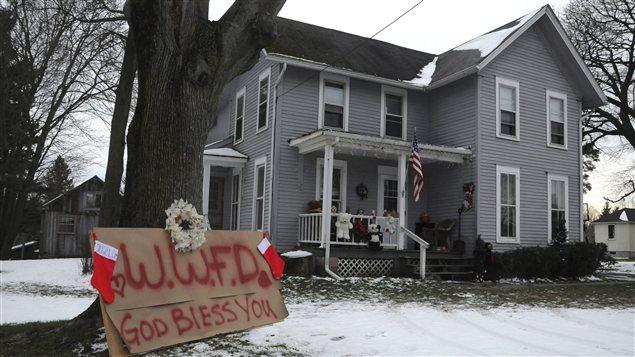Une affiche en mémoire des victimes devant une maison de Webster, dans l'État de New York
