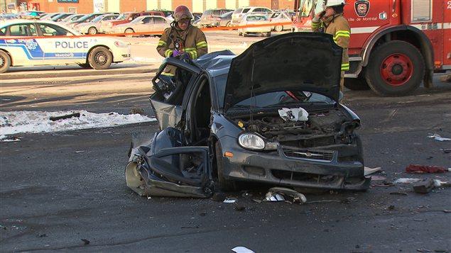 L'accident a eu lieu vers 11 h 20 lorsqu'une voiture a percuté un autre véhicule qui était immobilisé à un feu rouge.