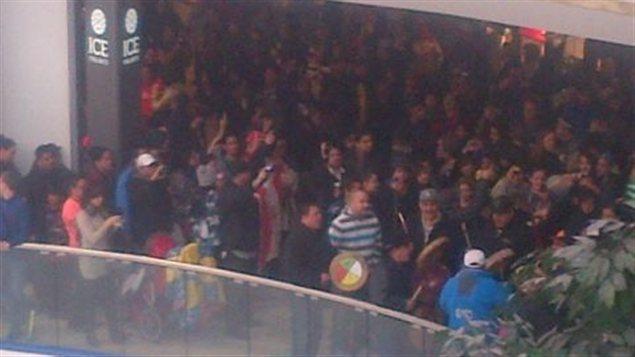 Des manifestations éclairs ont été tenues un peu partout dans l'Ouest, dont au West Edmonton Mall en Alberta