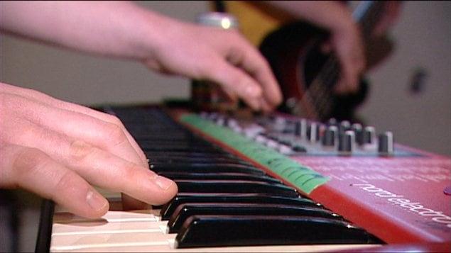 Un musicien jouant du clavier