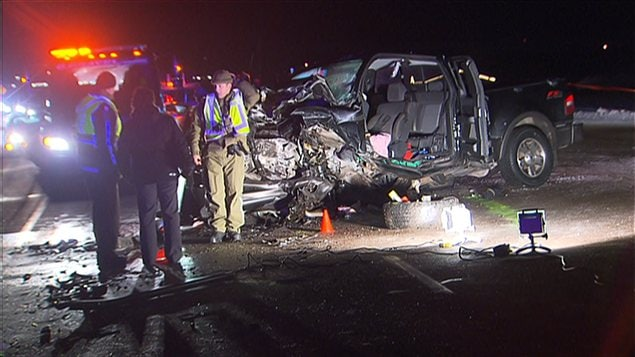 L'une des deux voitures impliquées dans la collision frontale.