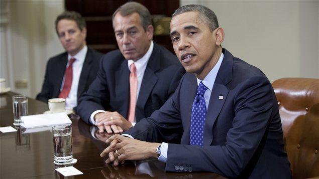 Le président américain Barack Obama avec, à sa droite, le chef de file des républicains à la Chambre des représentants, John Boehner, et le secrétaire au Trésor, Timothy Geithner