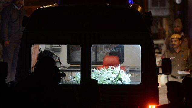 Une voiture qui transporte le corps de la victime d'un viol collectif dans les rues de New Delhi