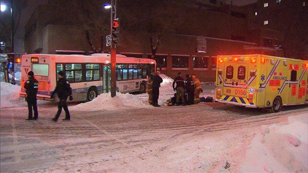 Un autobus de la STM a happé un homme qui circulait en fauteuil roulant, samedi à Montréal