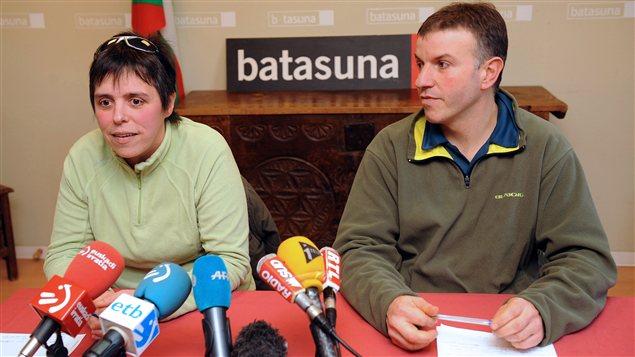 Maite Goyenetxe (gauche) et Jean-Claude Aguerre (droite), membres de Batasuna, lors de la conférence de presse du 3 janvier 2013 à Bayonne, au cours de laquelle ils ont annoncé la dissolution du parti.