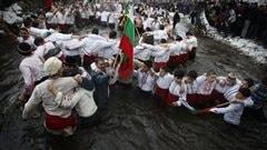 Des Bulgares dansent le horo dans les eaux glacées de la rivière Tundzha, à Kalofer.