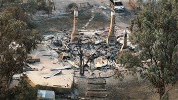 Les feux ont ravagé la nature et quelques édifices près de Dunalley en Tasmanie