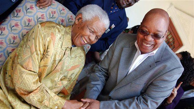 Nelson Mandela et le président d'Afrique du Sud, Jacob Zuma, en février 2012