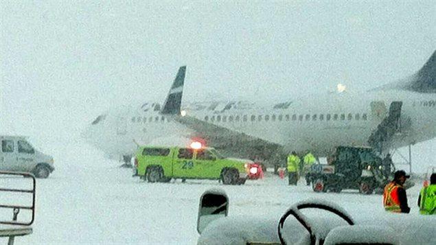 Avion WestJet Kelowna glisse neige