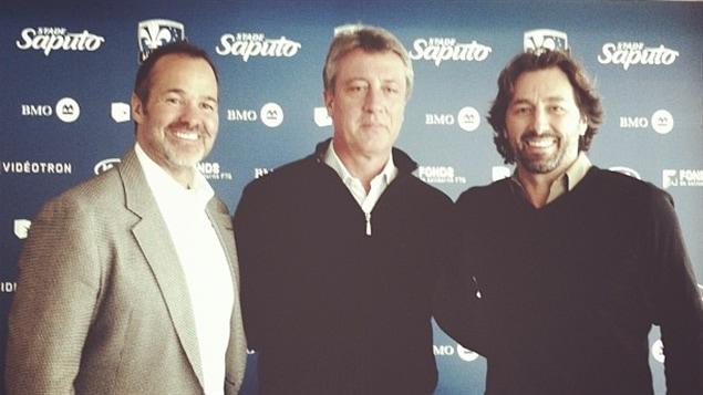 Le nouvel entraîneur-chef de l'Impact de Montréal, Marco Schällibaum (centre), entouré du président Joey Saputo et du directeur sportif Nick DeSantis