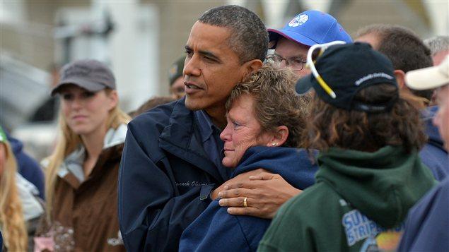 Le président Barack Obama réconforte Dana Vanzant, une victime de la tempête Sandy, lors de sa visite à Brigantine, au New Jersey, le 31 octobre 2012