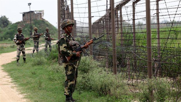 Des soldats indiens montent la garde devant la Ligne de Contrôle au Cachemire à quelque 65 km de la ville indienne de Jammu.