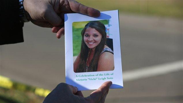 Un parent de Victoria Soto tient entre ses mains le programme de la célébration en l'honneur de l'enseignante qui a été tuée dans le massacre à l'école de Sandy Hook, à Newtown (Colorado).
