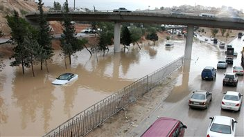 Les crues-éclairs provoquées par les pluies diluviennes paralysent de nombreuses routes dans le pays.