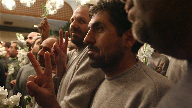 Des Iraniens détenus par des rebelles syriens depuis le mois d'août arrivent à un hôtel de Damas après leur libération, le 9 janvier 2013.
