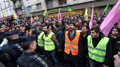 Des membres de la communauté kurde manifestent rue Lafayette, à Paris, où ont été tuées les activistes.