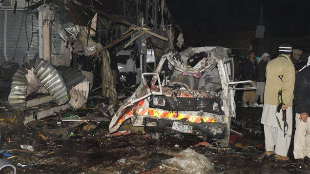Les carcasses de voitures témoignent de la violence de l'explosion à Quetta, au Pakistan.