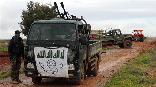 Des rebelles opèrent une batterie antiaérienne aux abords de l'aérodrome de Taftanaz.