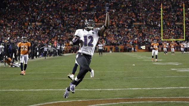 Jacoby Jones des Ravens de Baltimore marque un touché.