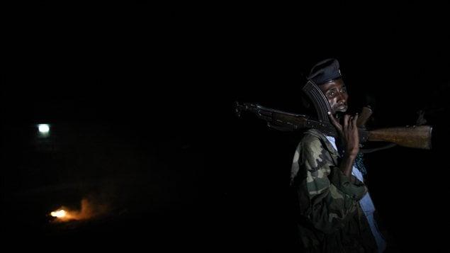 Un soldat somalien monte la garde dans un quartier de Mogadiscio