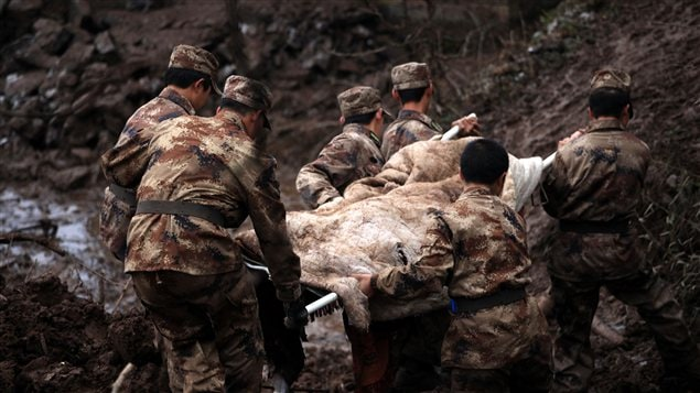 Des secouristes extraient des corps des décombres après un glissement de terrain dans le sud de la Chine
