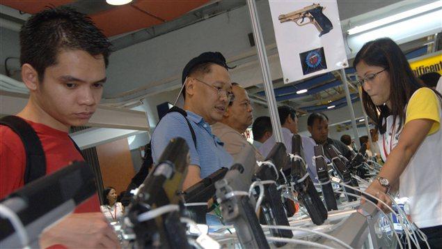 Un «Salon des armes» se tenant à Manille, aux Philippines, qui attire des milliers de personnes.