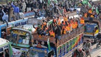 Les partisans de Tahir ul-Qadri convergent à pied et à bord d'autobus bondés vers la capitale pakistanaise.