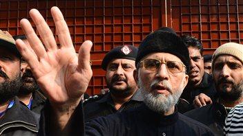 Tahir ul-Qadri entouré de ses partisans, dimanche.