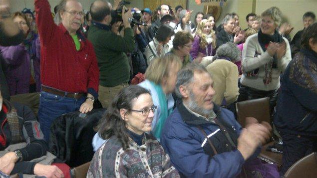 Ovation des opposants à l'exploration pétrolière à l'Hôtel de Ville de Gaspé, lundi soir.