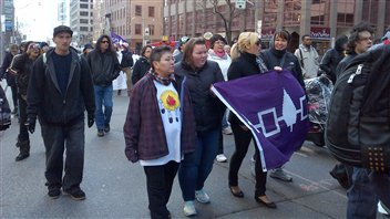 Des manifestants Idle No More au centre-ville de Toronto